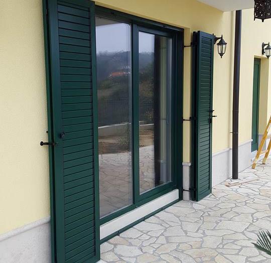 Slika odprtih ALU polken za dvokrilna balkonska vrata